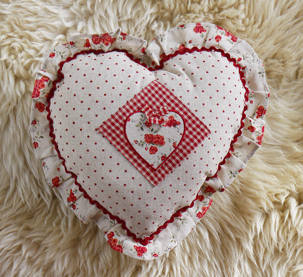 Подушка- Сердце с розочками