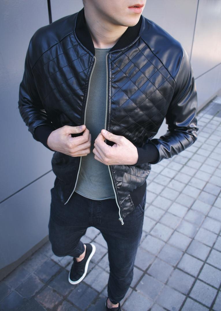 Чоловіча стьобана шкіряна куртка-бомбер в ромбик чорна