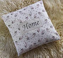 Красива стильна квіткова подушка з написом Home