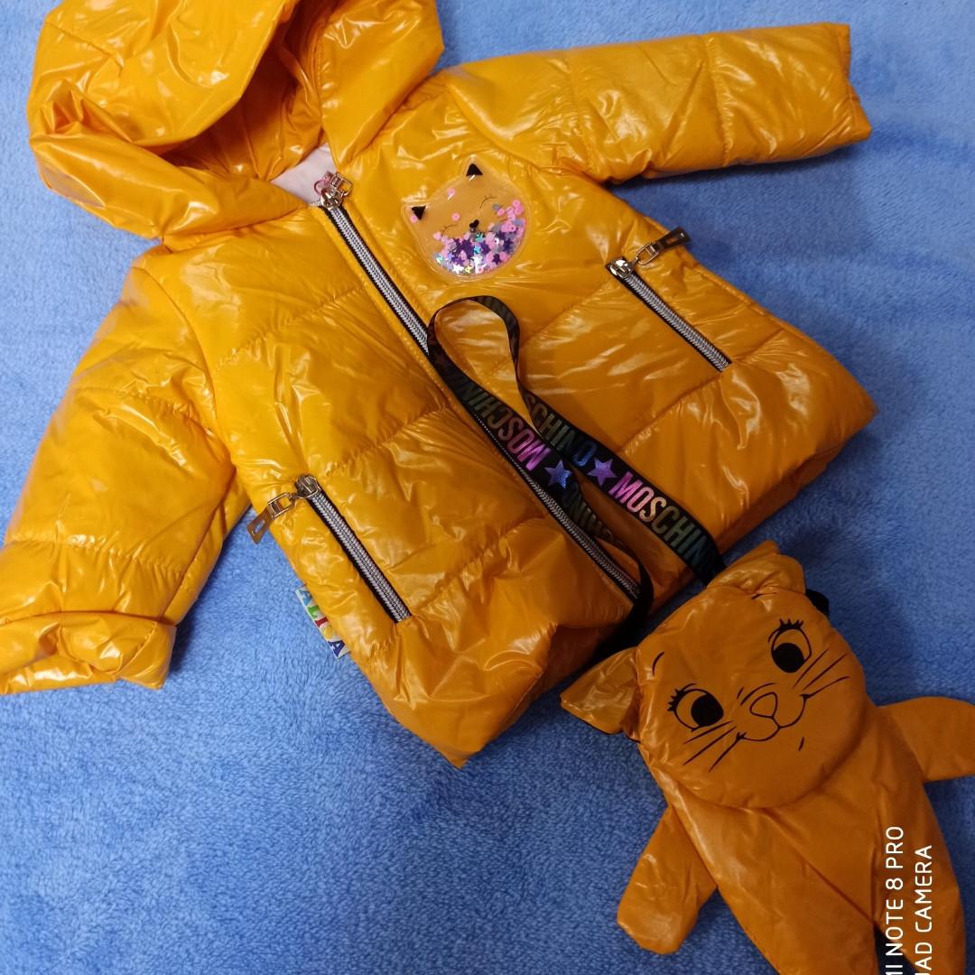 Куртка демисезонная для девочки на замке с капюшоном и с сумочкой.