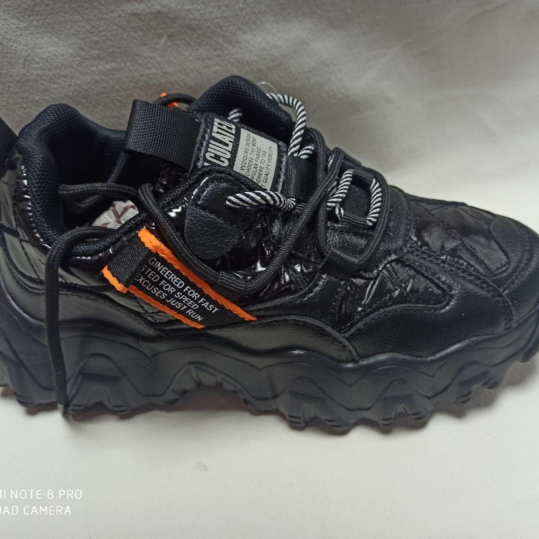 Кроссовки для девочки черного цвета на шнурках.