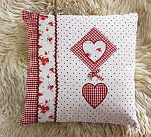 Інтер'єрна стильна квадратна подушка червона з сердечками