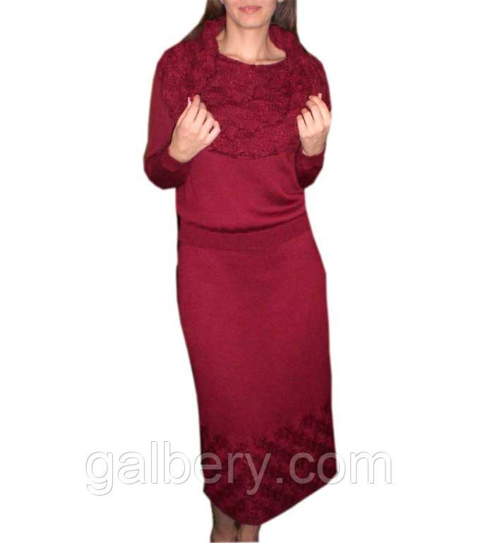 Вязаный женский костюм с ажурными принтами.
