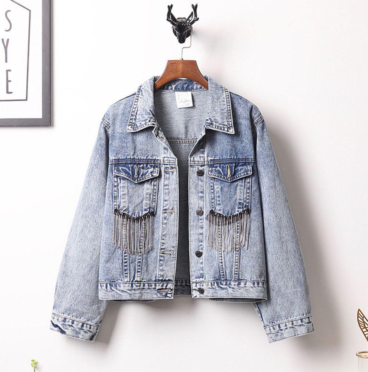 Женская короткая джинсовая куртка оверсайз с бахрамой из страз на карманах 6801336