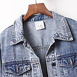 Женская короткая джинсовая куртка оверсайз с бахрамой из страз на карманах 6801336, фото 2