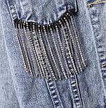 Женская короткая джинсовая куртка оверсайз с бахрамой из страз на карманах 6801336, фото 4