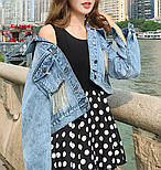 Женская короткая джинсовая куртка оверсайз с бахрамой из страз на карманах 6801336, фото 5