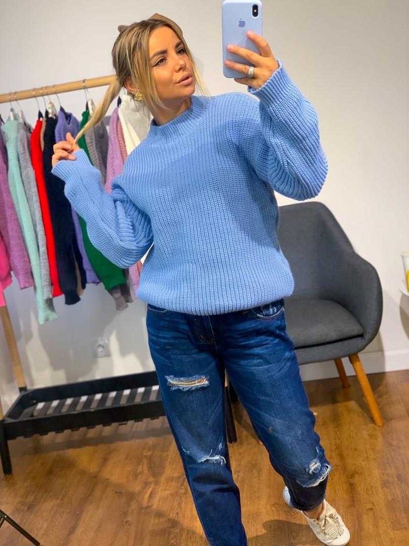 Красивый женский вязаный свитер, голубого цвета