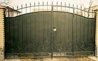 Ворота с коваными элементами. Калитка встроена в створку ворот. Замок в калитке.