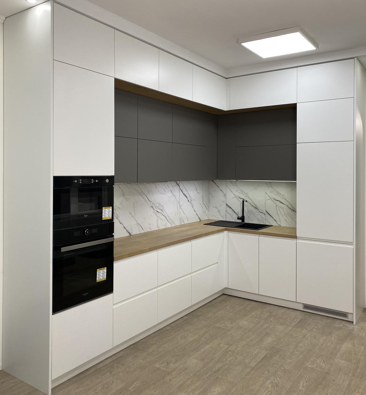 Кухня біла в два яруси середина сіра,стільниця під дерево