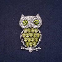 Брошь Сова с зелеными кристаллами белыми стразами, серебристый металл 27х45мм купить оптом в интернет магазине