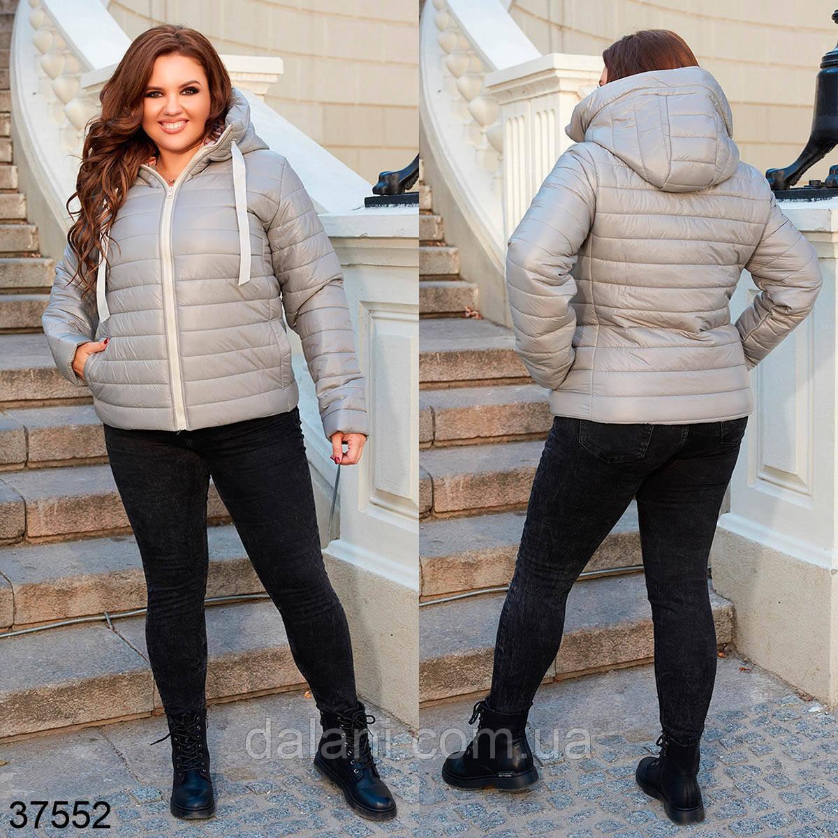 Женская короткая демисезонная куртка серая на молнии с капюшоном