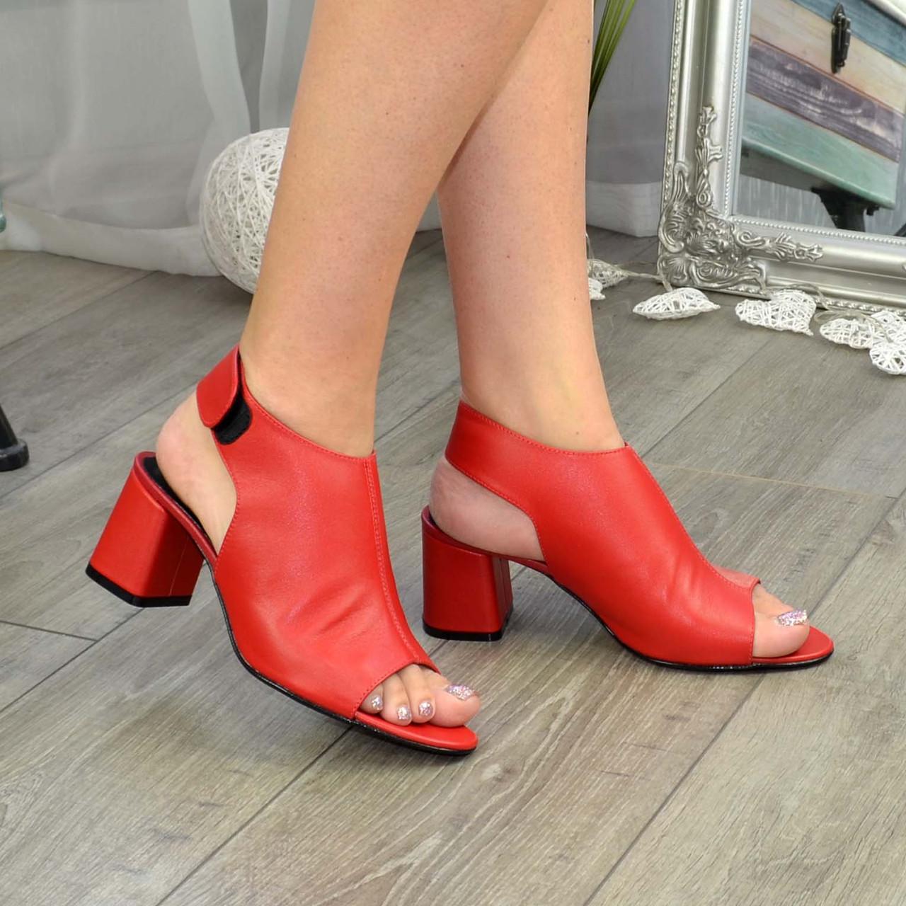 Босоножки кожаные женские на каблуке, цвет красный