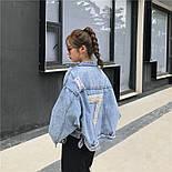 """Женская джинсовая куртка оверсайз укороченная с цифрой """"7"""" из жемчуга на спине 8301337, фото 6"""