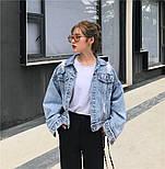 """Женская джинсовая куртка оверсайз укороченная с цифрой """"7"""" из жемчуга на спине 8301337, фото 5"""