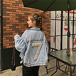 """Женская джинсовая куртка оверсайз укороченная с цифрой """"7"""" из жемчуга на спине 8301337, фото 2"""