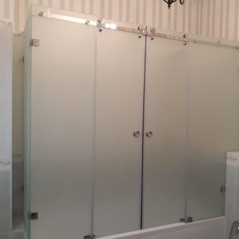 Перегородка для ванной раздвижная с двумя дверьми и три глухие части