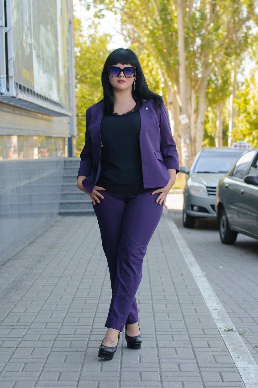 Жіночий діловий костюм з жакета та штанів фіолетовий