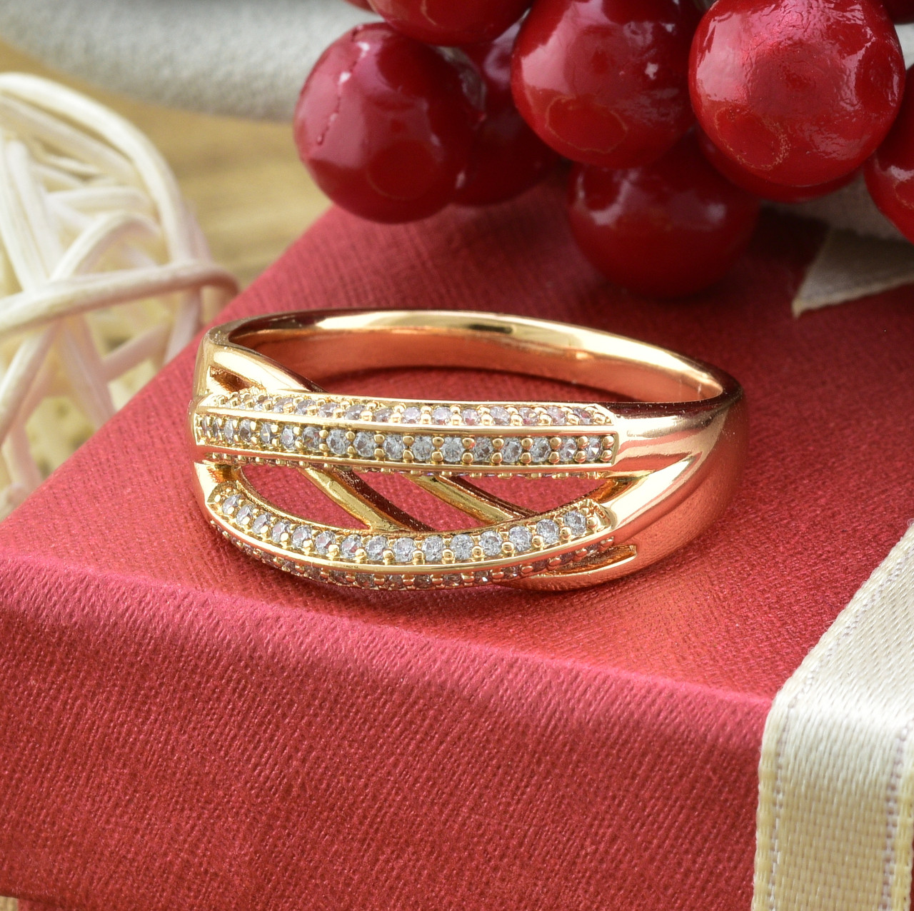 Кольцо Xuping 15062 размер 19 ширина 8 мм вес 3.5 г белые фианиты позолота 18К