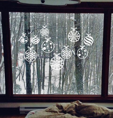 Наклейка Новогодняя гирлянда из шариков со снежинками (на окно, на витрину, на стену)