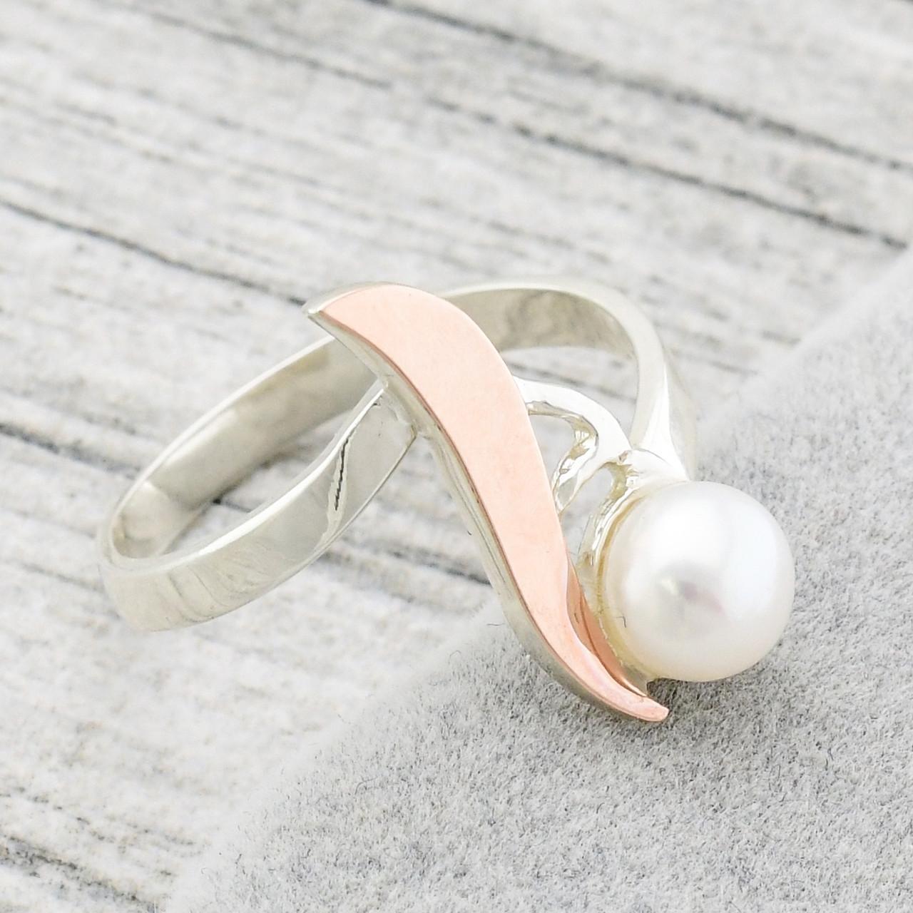 """Серебряное кольцо с золотыми пластинами """"Росинка"""", вставка искусств. жемчуг, вес 2.42 г, размер 19"""