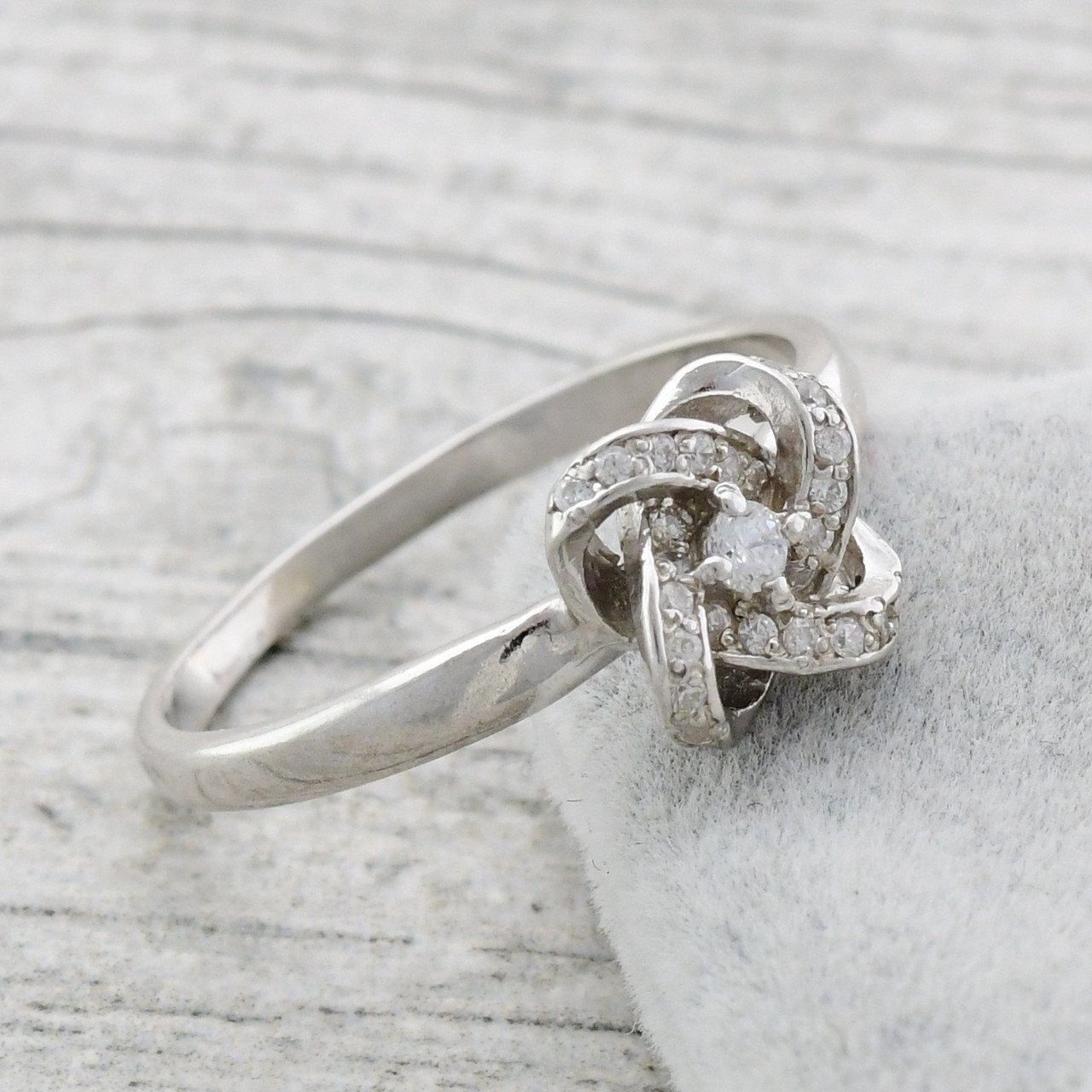 Серебряное кольцо Элизабет вставка белые фианиты вес 1.92 г размер 19
