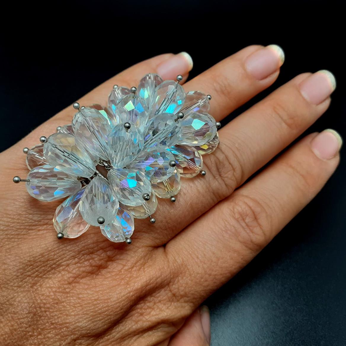 Необычное кольцо с прозрачными кристаллами