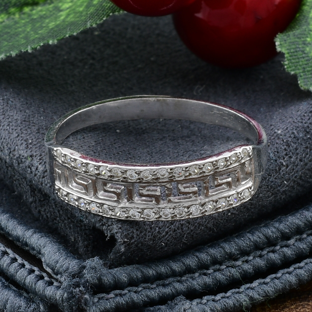 Серебряное кольцо Возрождение №2 вставка белые фианиты вес 1.6 г размер 20