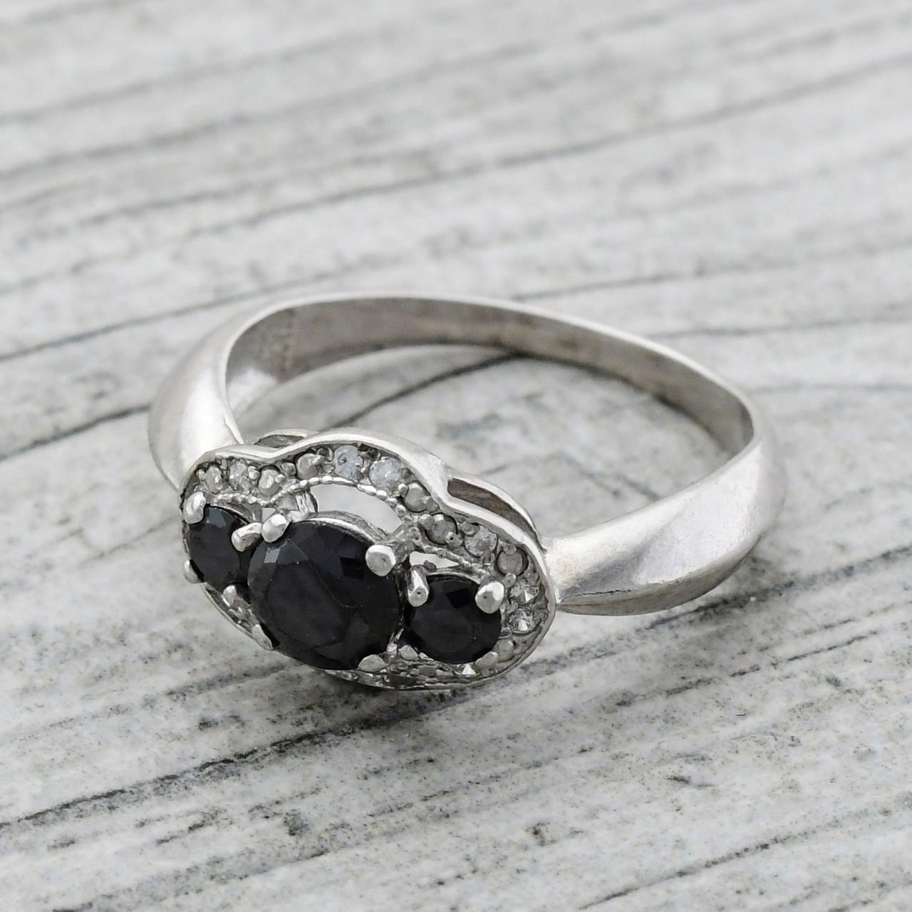 Серебряное кольцо Монро вставка чёрные и белые фианиты вес 2.1 г размер 15.5
