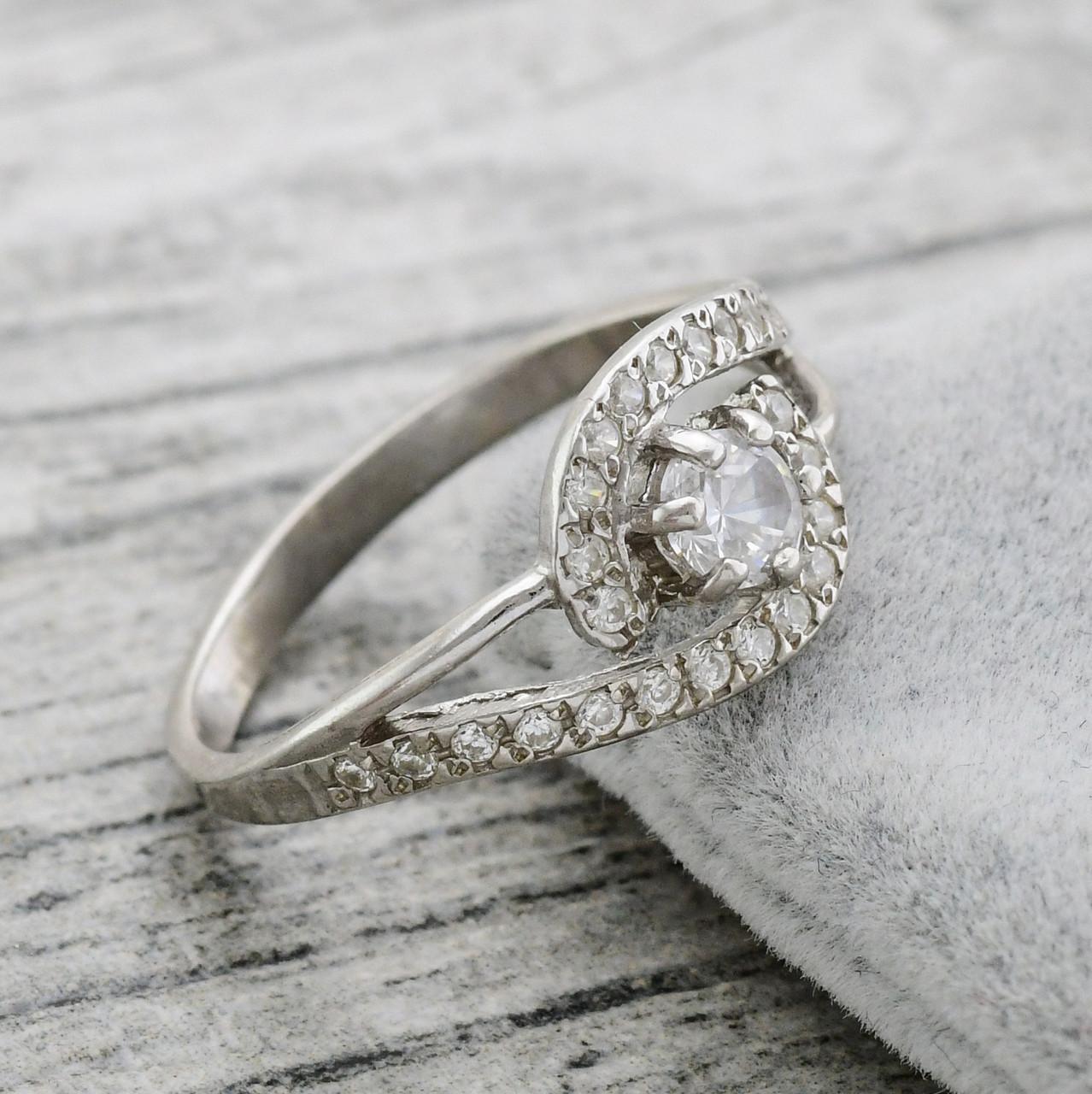Серебряное кольцо Ирма вставка белые фианиты вес 2.14 г размер 16