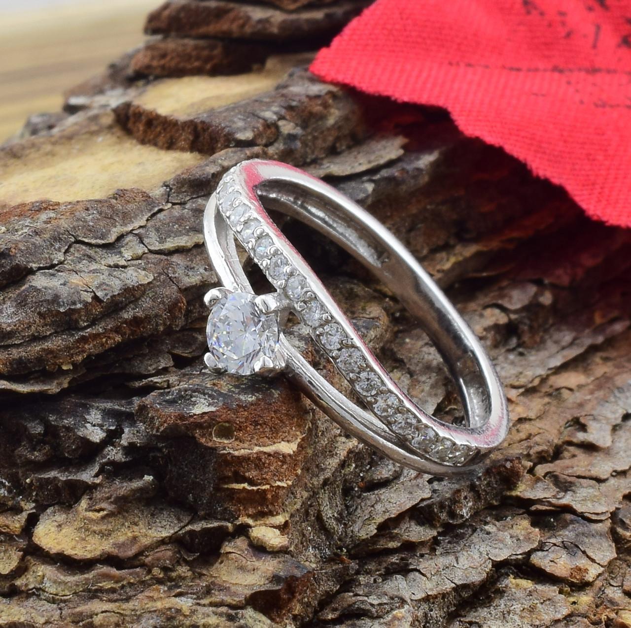 Серебряное кольцо Пассаж вставка белые фианиты вес 1.89 г размер 17.5
