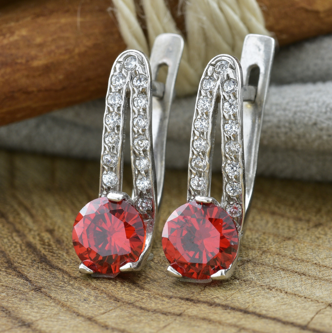 Серебряные серьги Долли размер 16х5 мм вставка красные фианиты вес 3.4 г