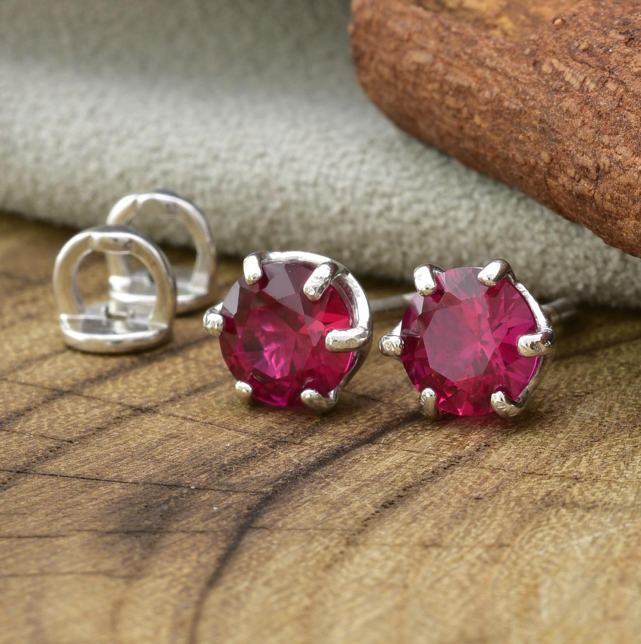 Серебряные серьги гвоздики размер 6х6 мм рубиновые фианиты вес 1.24 г