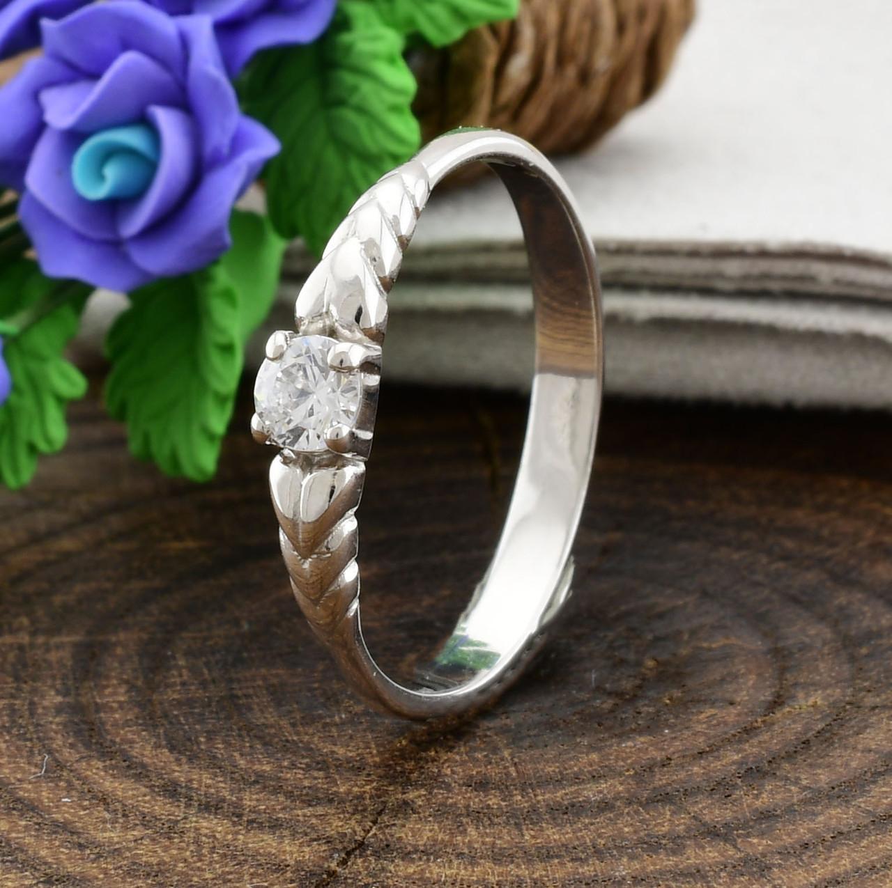 Серебряное кольцо вставка белые фианиты вес 1.1 г размер 16
