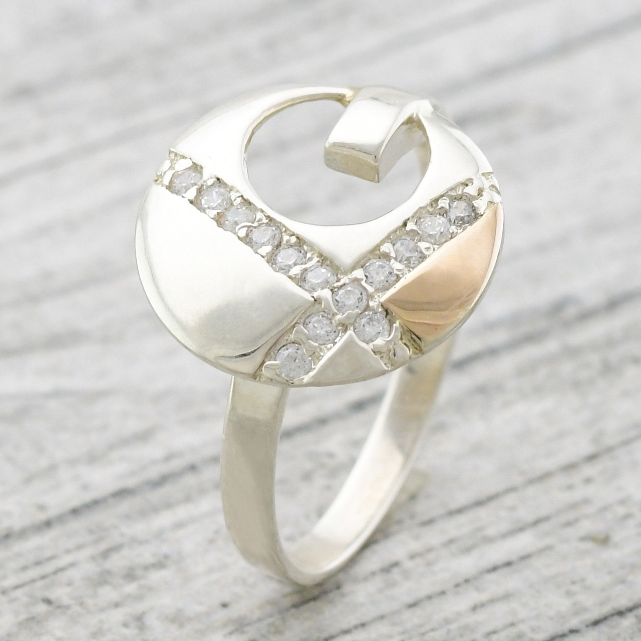 Серебряное кольцо Рассвет, вставка белые фианиты, вес 2.4 г, размер 20