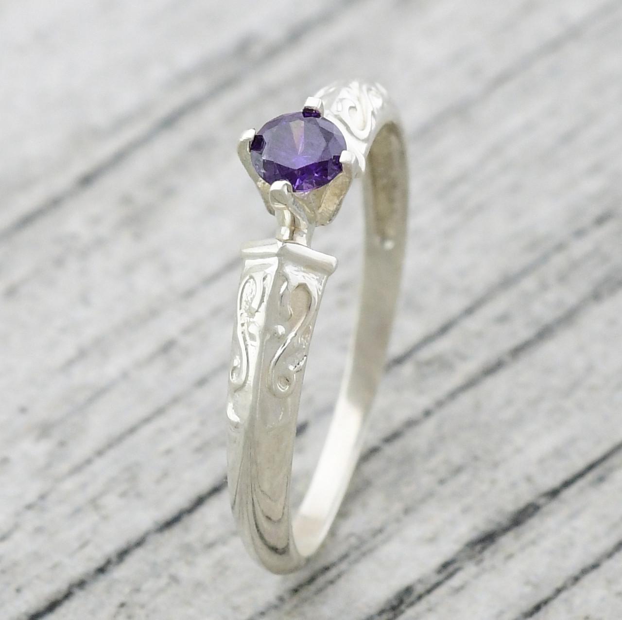 """Серебряное кольцо """"Алмаз"""", вставка фиолетовый фианит, вес 1.6 г, размер 18"""