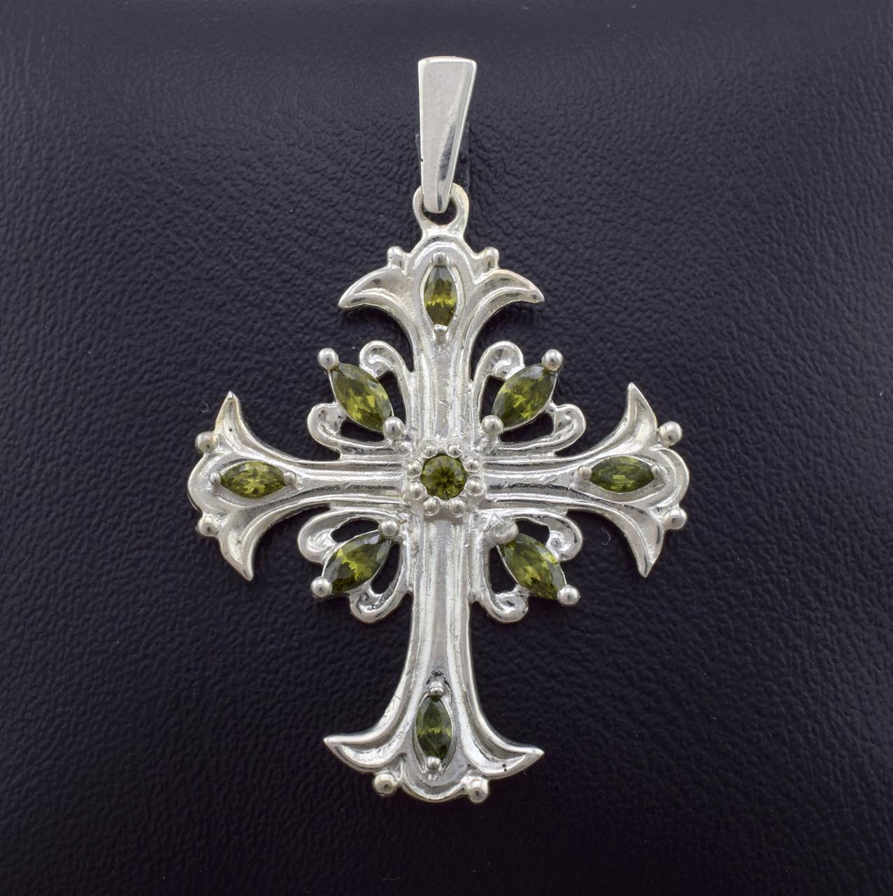 Серебряный крестик 245, размер 44*29 мм, вставка фианиты оливкового цвета, вес 4.03 г