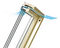 Двокамерне обертальне дерев'яне вікно FAKRO FTS-V U4 55х98см
