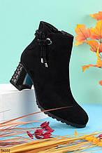 Женские ботинки ДЕМИ / осенние с декором на каблуке 6,5 см черные эко замш