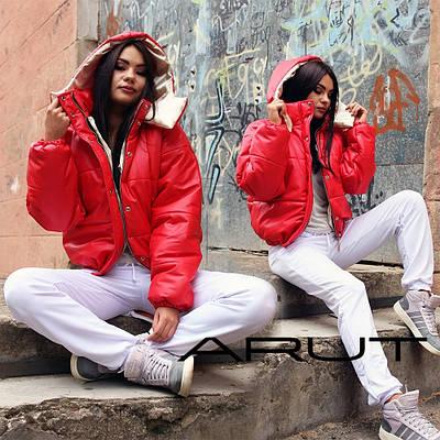 Женская короткая дутая курточка красного цвета с капюшоном