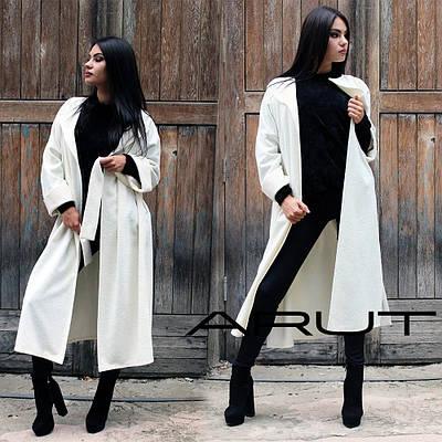 Женское демисезонное пальто - халат ниже колен молочного цвета