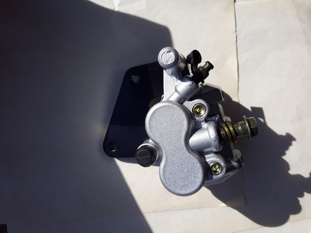 Суппорт дисковый тормозной двухпоршневой задний ухо влево для GY6 100cc