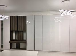 Длинный шкаф в прихожую с фасадами белый глянец. Шкаф с нишей под камин и тв