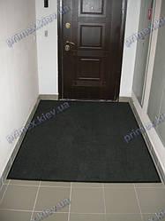 Грязезащитный ковер перед дверью с изготовленным резиновым кантом