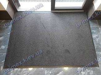 Точные замеры позволили четко встроить грязезащитный ковер в проем входной двери