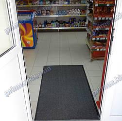 Грязезащитный ковер при входе в продуктовый магазин