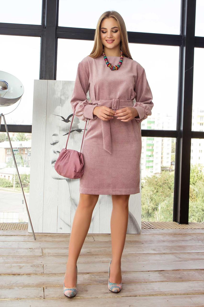 Вельветовое платье прямого кроя пудровое в офисном стиле
