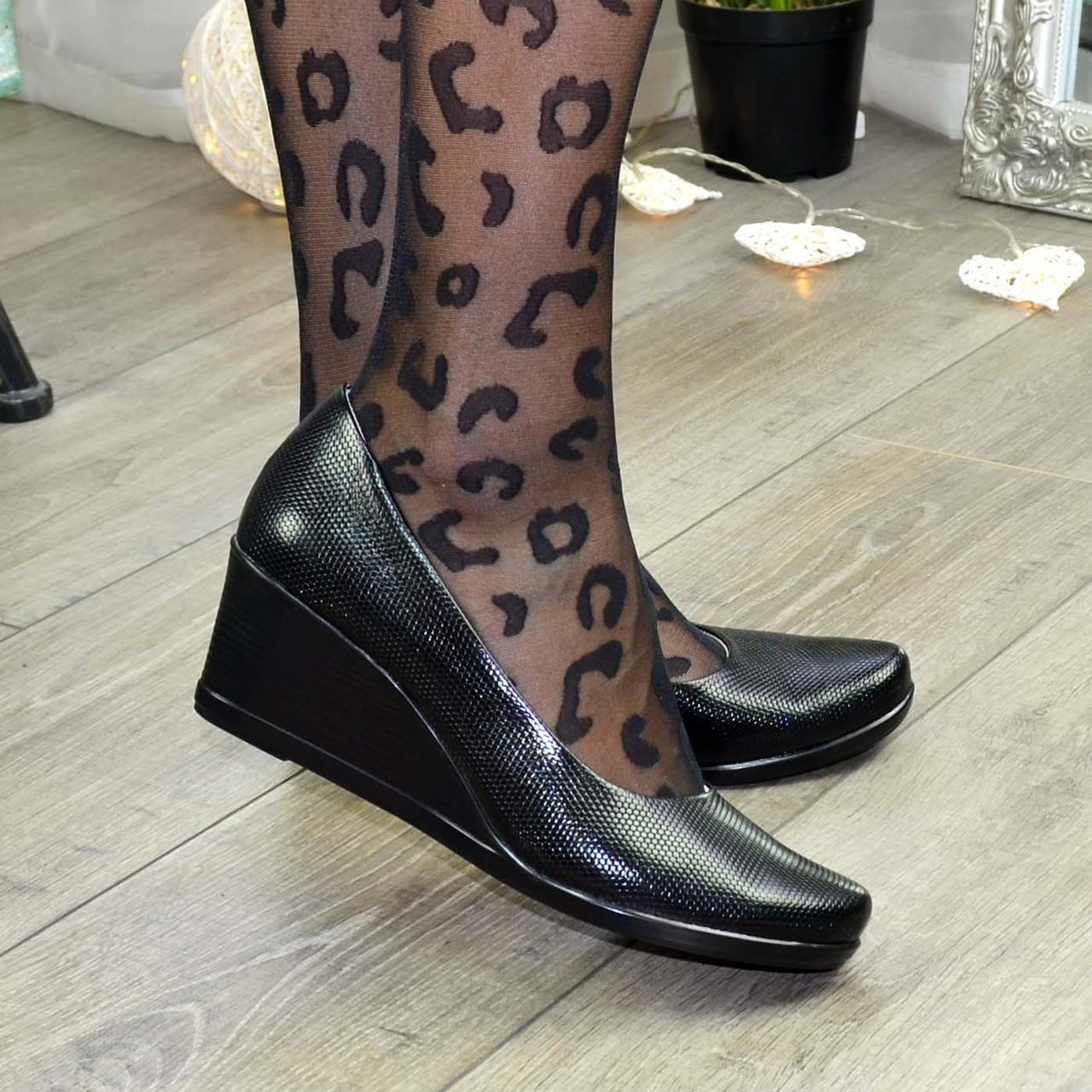 """Черные женские туфли на устойчивой танкетке, натуральная кожа """"питон""""."""