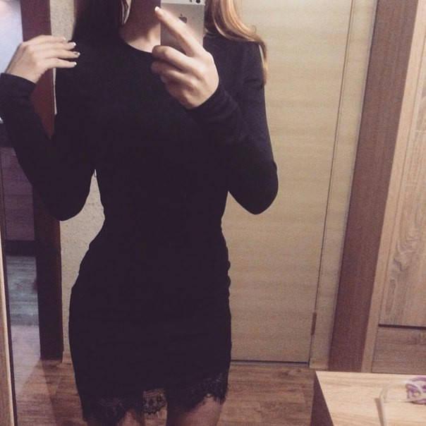 Облегающее черное платье с кружевом