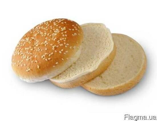 Булочка для гамбургера пшеничная 100 грамм с кунжутом с двойным разрезом(21 шт в ящике)